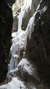 Zamarzający wodospad